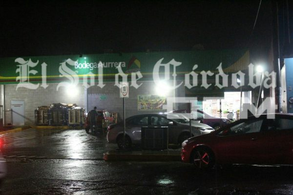 Hombres armados asaltan Bodega Aurrerá