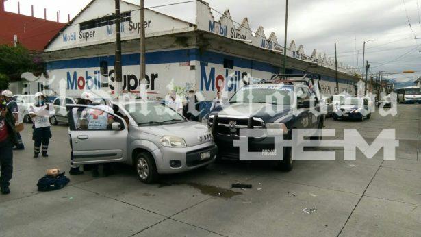 Automóvil choca contra patrulla de la Policía Municipal; dos lesionados