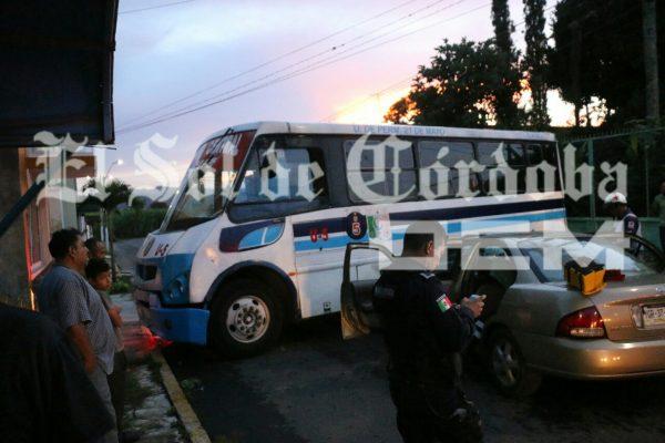 Automóvil choca contra autobús ; dos heridos