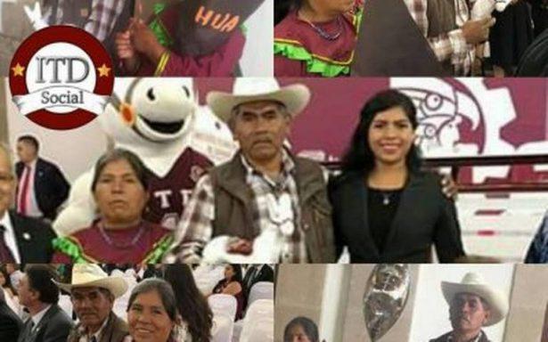 Joven indígena se gradúa; imagen de padres conmueve redes sociales