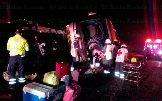Vuelca autobús en autopista; hay 20 lesionados