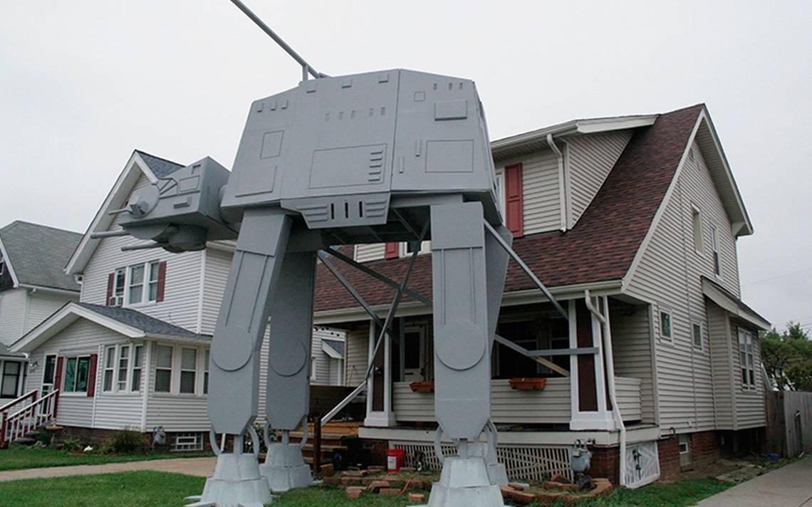 Hombre sorprende a todos y replica un AT-AT de Star Wars ¡en su jardín!