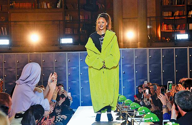 Rihanna deslumbra en la presentación de su línea de ropa