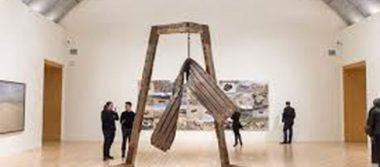 Exhiben en Nueva York esculturas creadas con objetos de migrantes