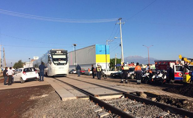 Tren turístico de Puebla-Cholula choca contra automóvil