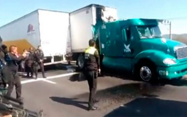 Iba drogado chofer de tráiler que causó balacera en caseta de Circuito Exterior Mexiquense