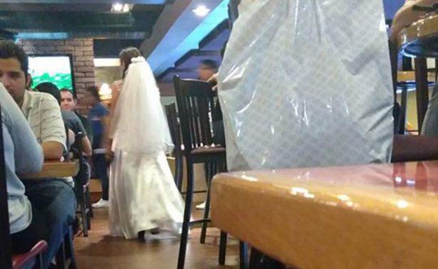 [Video] ¡No llegó el novio! Mujer es plantada y se va a brindar con desconocidos
