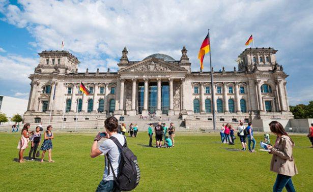 Detienen a turistas chinos en Berlín por hacer el saludo nazi