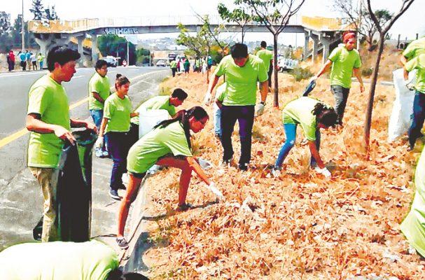 Colaboran estudiantes con el medioambiente