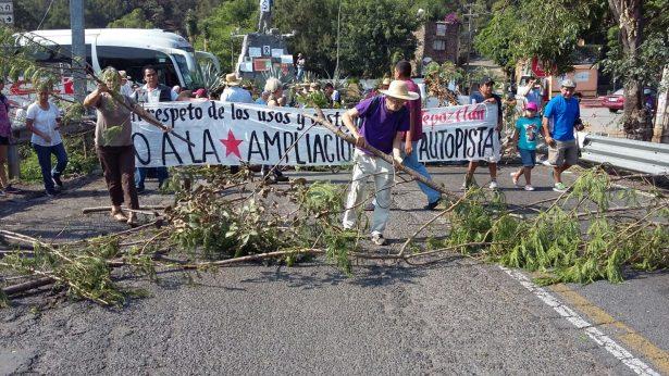 Bloquean la entrada principal al pueblo de Tepoztlán