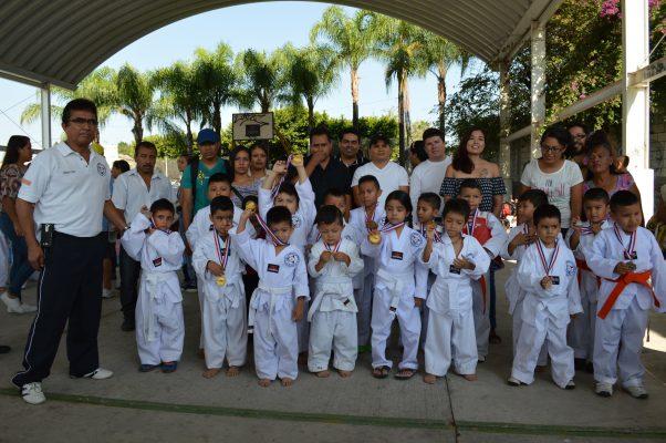 Combaten alumnos del Instituto Superior de Taekwondo