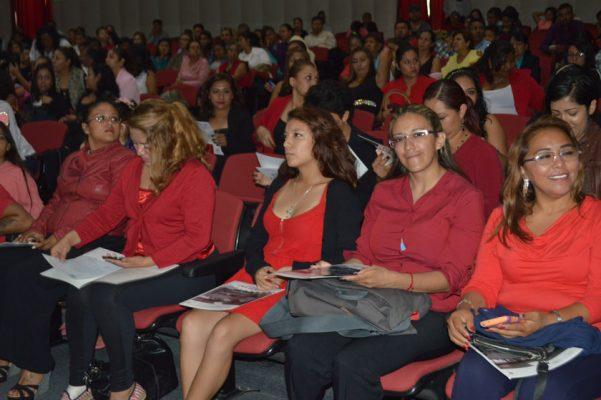 los asistentes escucharon mensajes de felicitación por su logro.
