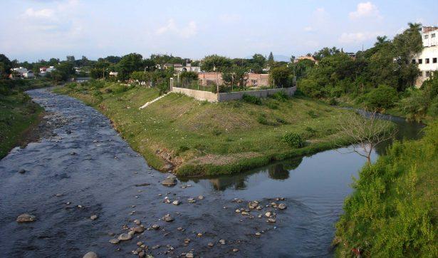 Se desbordan aguas negras a Río Cuautla