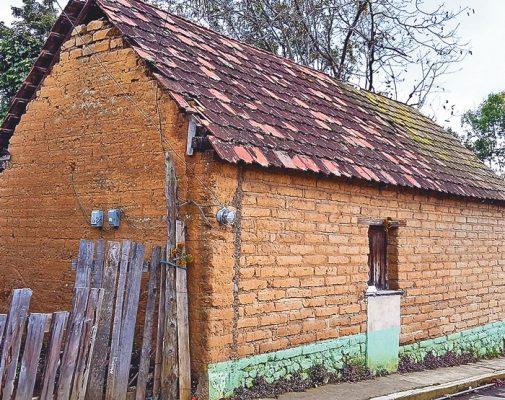 Reconstruirán con casas de adobe en Hueyapan