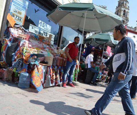 AUTORIDADES MUNICIPALES autorizaron la instalación de comerciantes ambulantes en el Zócalo. Foto: Gude Servín