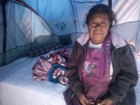 Perdió su hogar, ahora vive en una casa de campaña