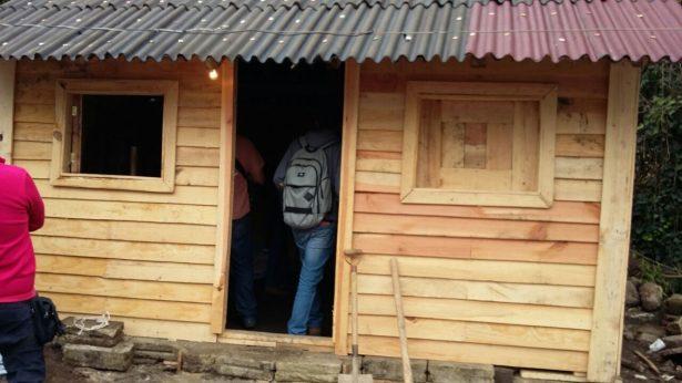 Construyen casas de madera para damnificados