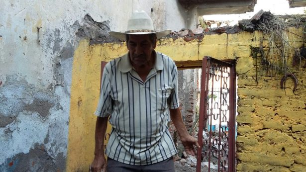 Quedó atrapado cuando su casa colapsó