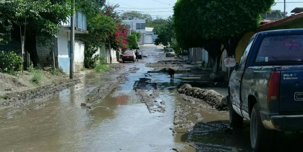 Inundan aguas negras la Plan de Ayala