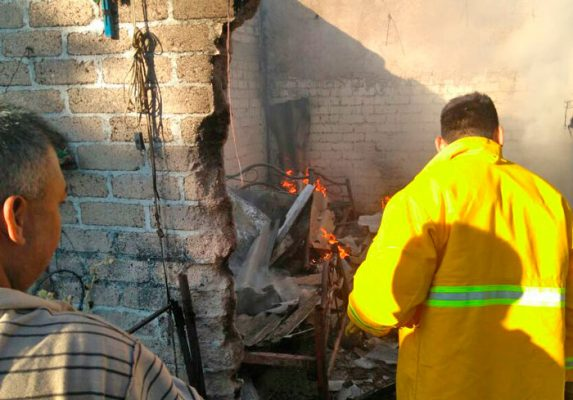 Bomberos de Ayala acudieron a la calle Unión Cerrada con División del Sur, donde el fuego arrasó con una vivienda. Foto Cortesía