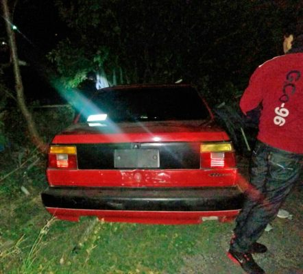 Abandonan auto tras choque