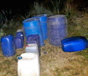 El hallazgo se realizó cuando elementos policiacos realizaban recorridos de seguridad en Tres Marías. En el lugar encontraron 12 bidones y 21 garrafones con gasolina.