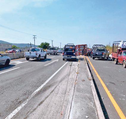 Vuelcan dos autos en la México-Oaxaca