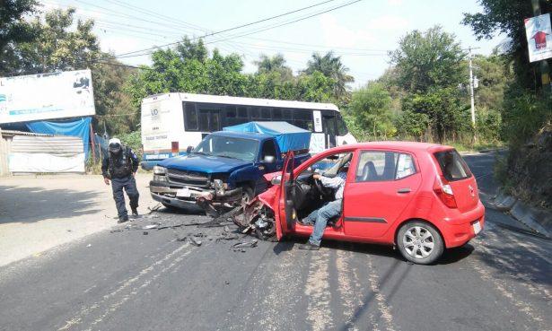 Impactan dos autos en Cocoyoc