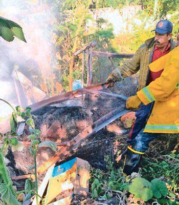 Arrasa incendio con vivienda en Ayala