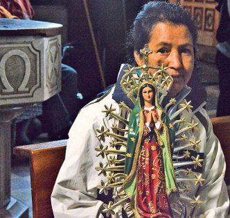 La devoción a la Virgen de Guadalupe se manifiesta en la bendición de las imágenes de bulto. Foto: Froylán Trujillo