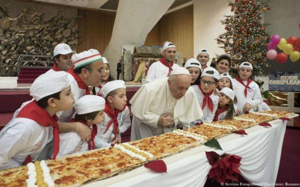 Papa celebra sus 81 años; comparte pizza con niños