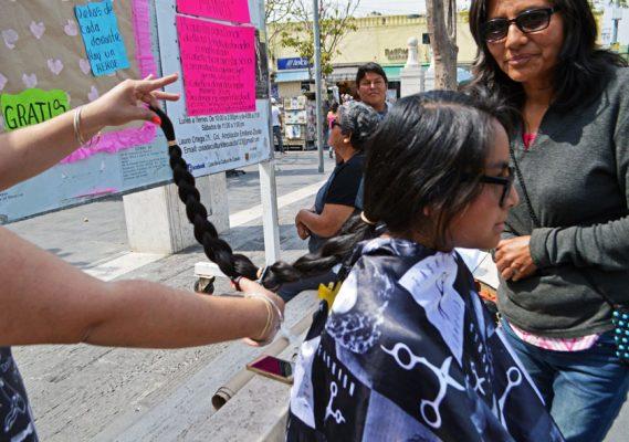 Regalan su cabello para mujeres con cáncer