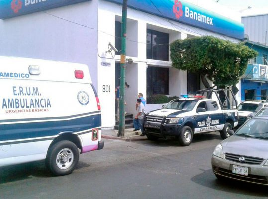 Dos sujetos asaltan banco en Plan de Ayala