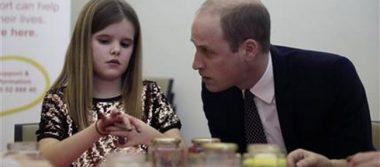 Príncipe William consuela a niña que perdió a su padre