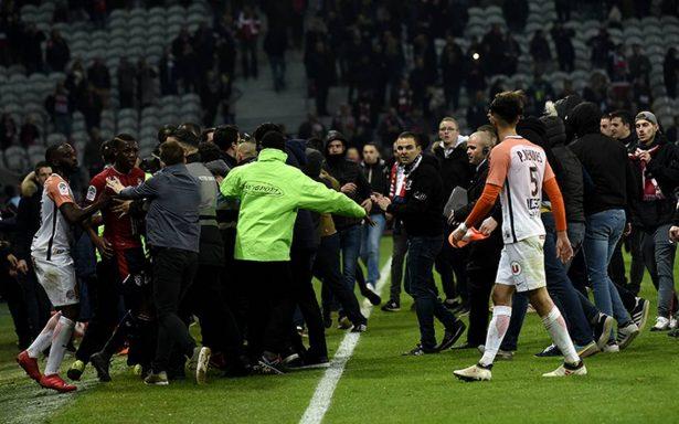 Ultras del Lille ingresan al campo para golpear a sus jugadores