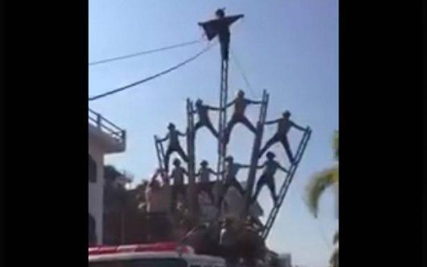[Video] Bomberos sufren aparatosa caída tras desfile en Puerto Vallarta