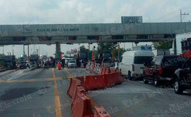 Normalistas toman caseta Puebla-Texmelucan