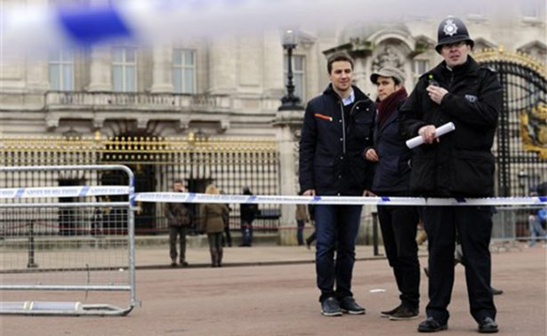Detienen a un hombre con un cuchillo cerca del palacio de Buckingham