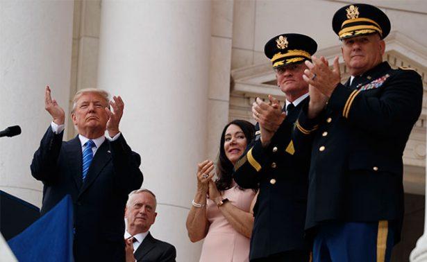 Trump honra a familias estadounidenses mediante El Día de los Caídos