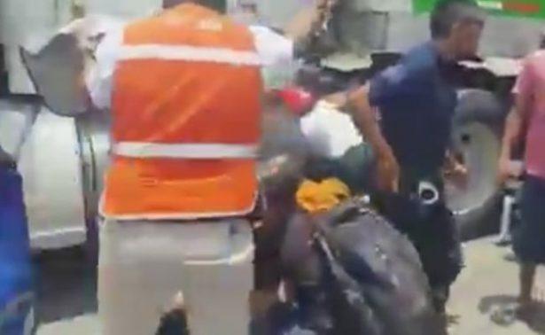 [Video] Jóvenes en moto quedan prensados contra tráiler