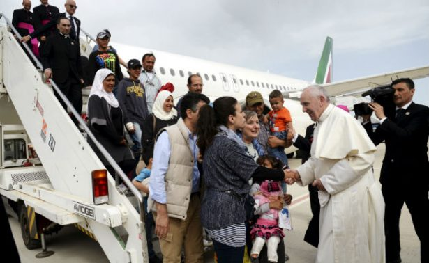 Papa Francisco exige a gobiernos ofrecer visados para migrantes y refugiados