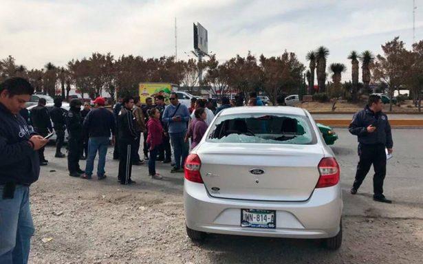 Taxistas se enfrentan contra conductores de Uber en San Luis Potosí; destrozan vehículos