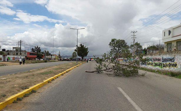 Bloquean carretera  oaxaqueña por actos violentos  del Frente Popular 14 de Junio