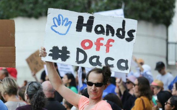 Universidad de California demanda a Trump por eliminar DACA