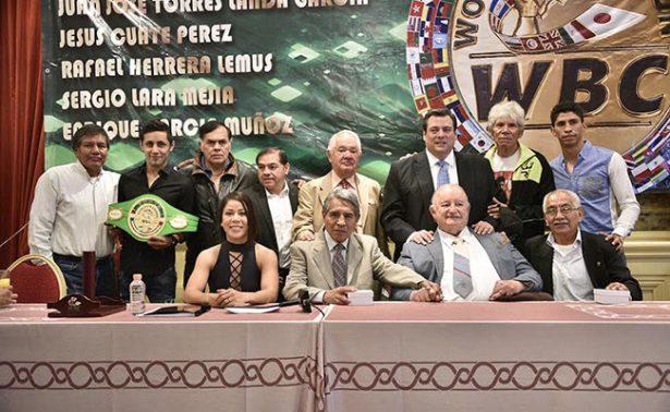 Torres Landa recibió trofeos del Consejo Mundial de Boxeo