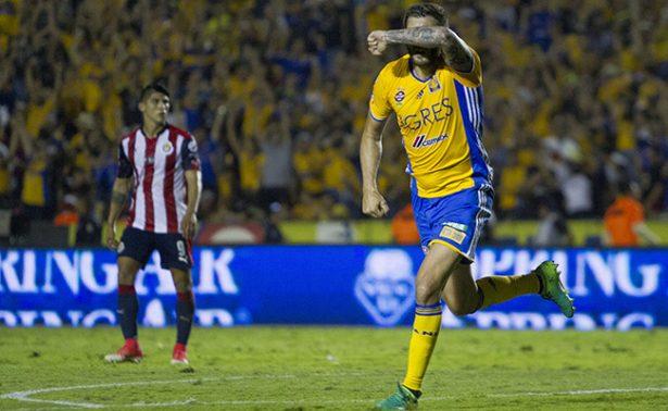 En 2 minutos Gignac revive a Tigres y empata 2-2 con Chivas
