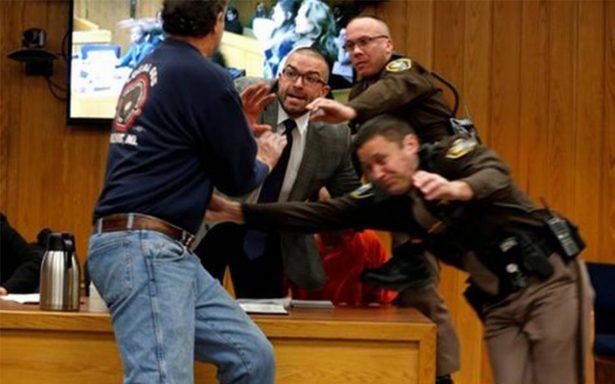 [Video] Padre de 3 víctimas de Larry Nassar intenta agredirlo durante juicio