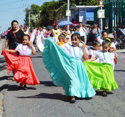 Colorido desfile conmemorativo
