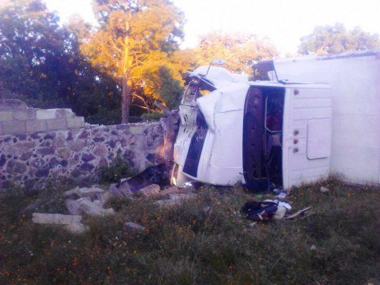 Vuelca camión en Hiutzilac