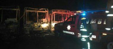 Fuego consume camiones en Tres Marías